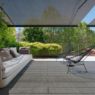 Modelo de terraza moderna, extra grande, en azotea, con toldo