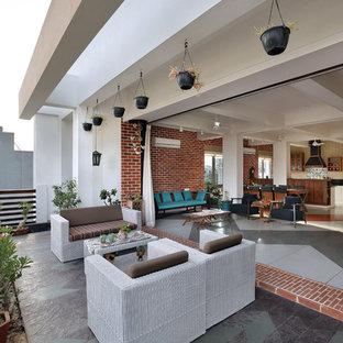 Moderne Terrasse hinter dem Haus mit Pergola in Ahmedabad