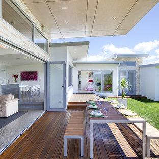 Foto di una terrazza moderna con un tetto a sbalzo