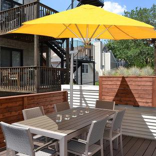 Ispirazione per una piccola terrazza tradizionale sul tetto con un focolare e una pergola