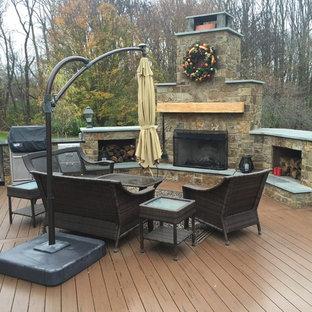 Diseño de terraza tradicional, grande, en patio trasero y anexo de casas, con chimenea