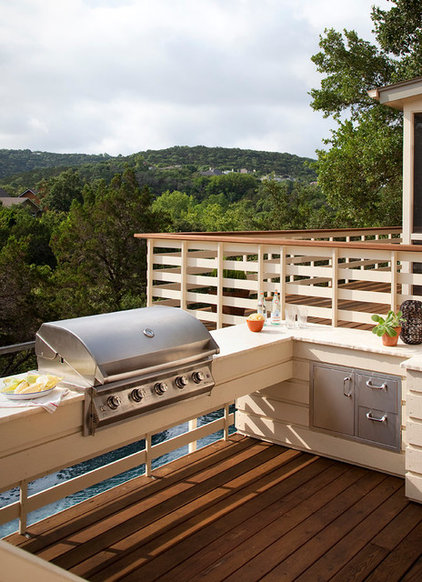 Modern Deck by austin outdoor design