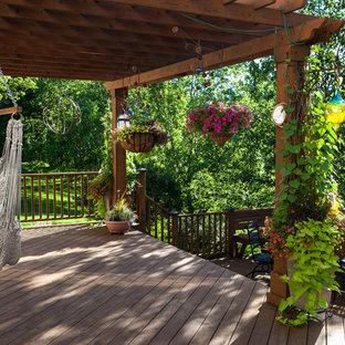 Foto di una grande terrazza chic dietro casa con una pergola