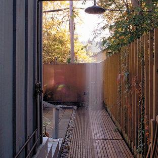 Esempio di una terrazza design nel cortile laterale con nessuna copertura