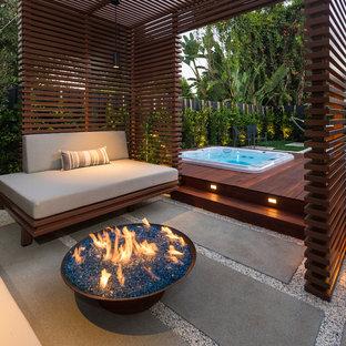 ロサンゼルスの小さいコンテンポラリースタイルのおしゃれな裏庭のデッキ (ファイヤーピット、パーゴラ) の写真
