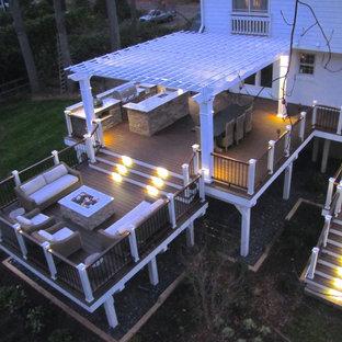 Imagen de terraza clásica, grande, en patio trasero, con cocina exterior y pérgola
