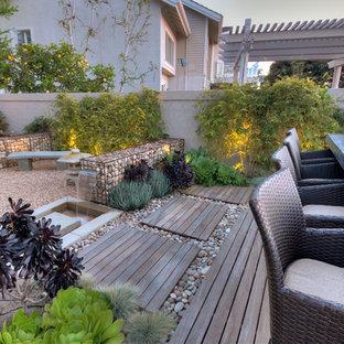 Imagen de terraza contemporánea, de tamaño medio, sin cubierta, en patio trasero, con fuente