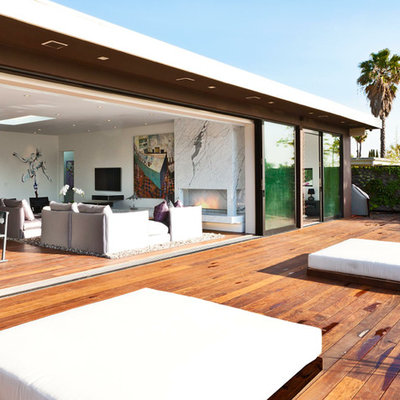 Inspiration for a large modern deck remodel in Los Angeles with no cover