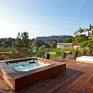 Example of a trendy deck design in Los Angeles