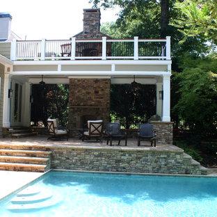 Foto de terraza clásica, grande, en patio trasero y anexo de casas, con chimenea