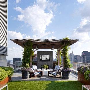 Ejemplo de terraza contemporánea, en azotea, con brasero y pérgola