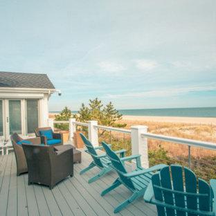 Aménagement d'une grande terrasse et balcon arrière bord de mer avec aucune couverture.
