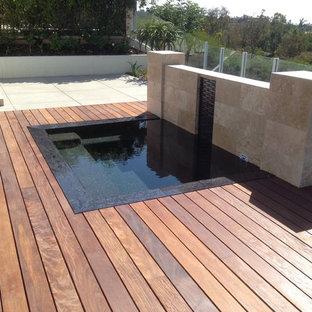 Ispirazione per grandi terrazze e balconi minimalisti dietro casa con fontane