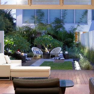Modelo de terraza actual, en patio trasero, con fuente