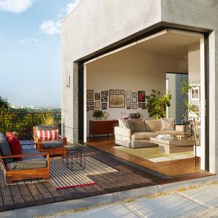 Immagine di una grande terrazza design dietro casa con nessuna copertura