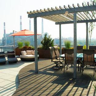 Ispirazione per terrazze e balconi contemporanei sul tetto con una pergola
