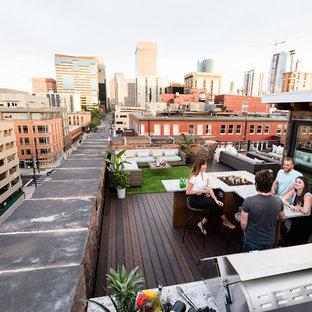 Ispirazione per una terrazza contemporanea sul tetto e sul tetto con un focolare e nessuna copertura