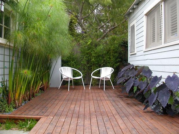 Contemporary Deck by Paradise Design Studio