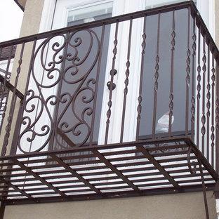 Esempio di una terrazza classica di medie dimensioni e nel cortile laterale con nessuna copertura