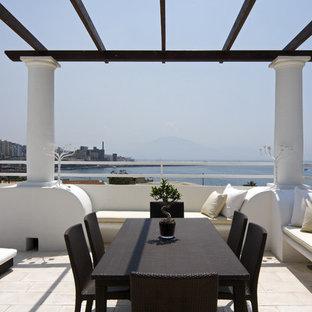 Immagine di ampi terrazze e balconi mediterranei sul tetto con una pergola