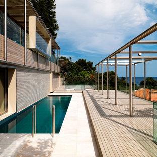 Idee per una grande terrazza minimal dietro casa con una pergola