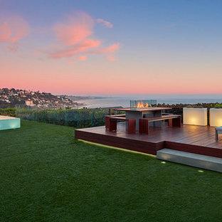 Cette photo montre une terrasse arrière rétro de taille moyenne avec aucune couverture et un foyer extérieur.