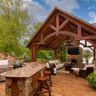 Foto di una terrazza stile rurale dietro casa con una pergola