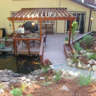 Immagine di una terrazza minimalista di medie dimensioni e dietro casa con fontane e una pergola