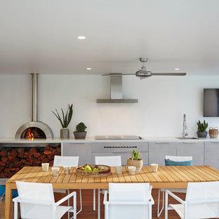 Idee per terrazze e balconi minimal dietro casa con un tetto a sbalzo