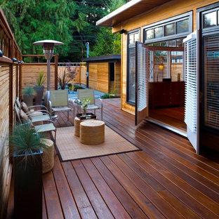 Ispirazione per grandi terrazze e balconi etnici dietro casa con un focolare e nessuna copertura