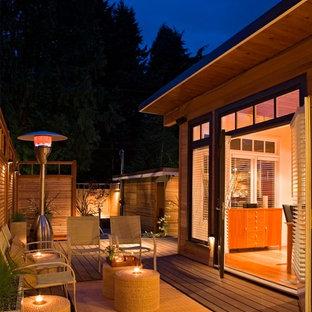 Immagine di terrazze e balconi etnici di medie dimensioni e dietro casa con un focolare e nessuna copertura