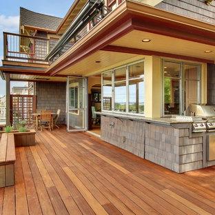 Idee per una terrazza stile americano con un tetto a sbalzo