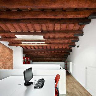 Modelo de despacho industrial, grande, sin chimenea, con paredes blancas, suelo de madera en tonos medios y escritorio independiente