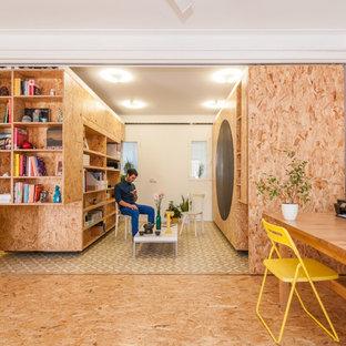 マドリードの中くらいのコンテンポラリースタイルのおしゃれな書斎 (白い壁、自立型机、コルクフローリング、暖炉なし) の写真