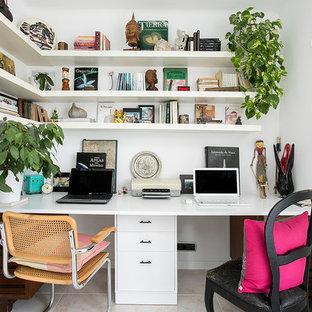 バルセロナの中くらいのトロピカルスタイルのおしゃれな書斎 (白い壁、暖炉なし、造り付け机) の写真