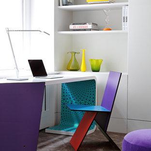 Ejemplo de despacho contemporáneo con paredes blancas, moqueta, escritorio independiente y suelo gris