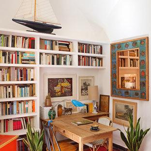 マドリードの小さい地中海スタイルのおしゃれな書斎 (白い壁、暖炉なし、自立型机) の写真