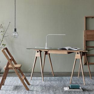 Пример оригинального дизайна: маленькое рабочее место в скандинавском стиле с зелеными стенами и отдельно стоящим рабочим столом без камина