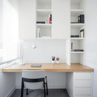 Imagen de despacho nórdico, pequeño, con paredes blancas, escritorio empotrado y suelo gris
