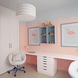 バレンシアの中くらいのコンテンポラリースタイルのおしゃれなアトリエ・スタジオ (大理石の床、造り付け机、ベージュの床、ピンクの壁) の写真