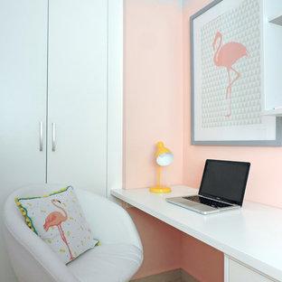 バレンシアの中サイズのコンテンポラリースタイルのおしゃれなアトリエ・スタジオ (大理石の床、造り付け机、ベージュの床、ピンクの壁) の写真