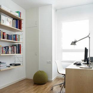 Imagen de despacho escandinavo, de tamaño medio, sin chimenea, con paredes blancas, suelo de madera en tonos medios, escritorio independiente y suelo marrón