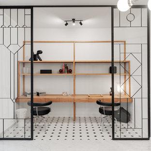 Modelo de despacho nórdico, sin chimenea, con paredes blancas, suelo de mármol, escritorio empotrado y suelo multicolor
