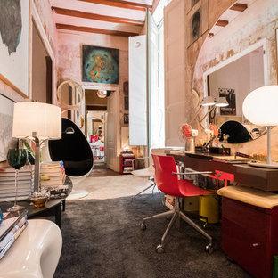 Ejemplo de despacho ecléctico, sin chimenea, con paredes beige y escritorio independiente