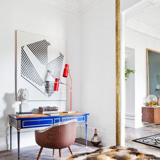 Foto de despacho ecléctico, de tamaño medio, sin chimenea, con paredes blancas, suelo de madera en tonos medios y escritorio independiente