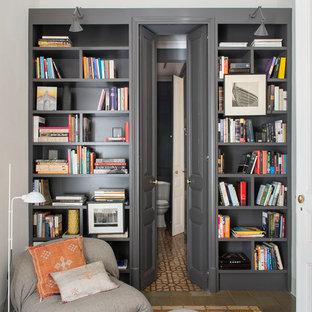 Diseño de despacho tradicional renovado con paredes beige y suelo multicolor