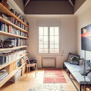 Modelo de despacho mediterráneo con paredes blancas, suelo de madera en tonos medios y suelo beige