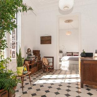 Ispirazione per un ufficio minimalista di medie dimensioni con pareti bianche, pavimento con piastrelle in ceramica, nessun camino e scrivania autoportante