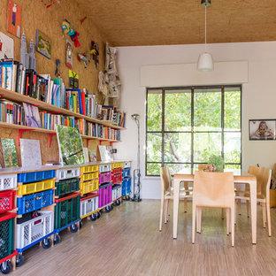 マドリードの大きいエクレクティックスタイルのおしゃれな書斎 (白い壁、淡色無垢フローリング、暖炉なし、自立型机) の写真