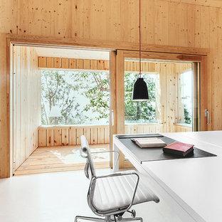 Стильный дизайн: рабочее место среднего размера в скандинавском стиле с отдельно стоящим рабочим столом и коричневыми стенами без камина - последний тренд